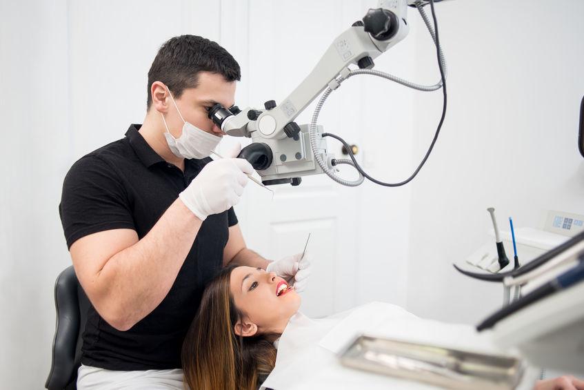Demed Warszawa stomatolog dentysta leczenie kanalowe pod mikroskopem